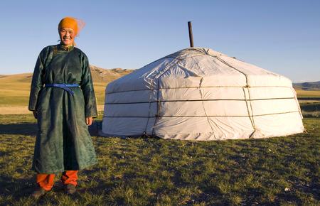 ゲルの前に立つモンゴル人女性
