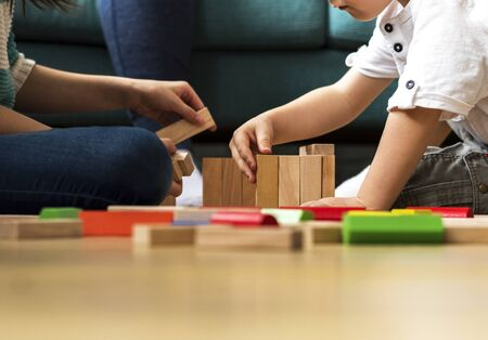 I bambini si divertono giocando blocchi giocattolo Archivio Fotografico - 90685526