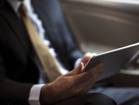 デジタルタブレットを使用するビジネスマン