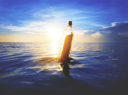 ボトルの中のメッセージ 写真素材 - 90686553