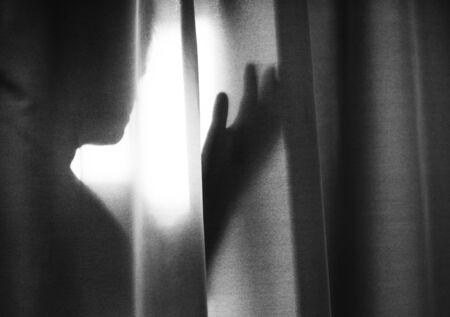 Ombra umana dietro una tenda Archivio Fotografico - 90687450