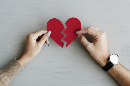 Mains tenant un coeur de papier brisé Banque d'images - 90687807