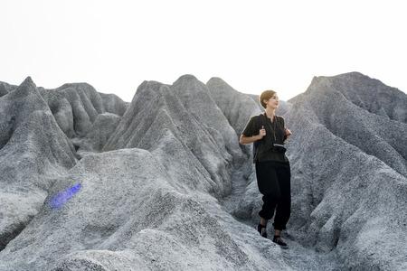 自然の中で山の頂上にハイキングする女性