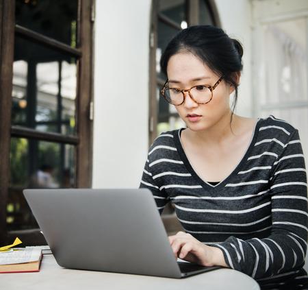 ソーシャルネットワーキング技術の概念を検索する女性のラップトップブラウジング