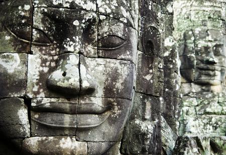 부처님은 Siam Reap, Cambodia의 Angkor Thom에 직면하고 있습니다. 스톡 콘텐츠