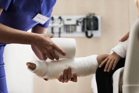 Jeune, caucasien, fille, à, jambe cassée, dans, plâtre Banque d'images - 90759236