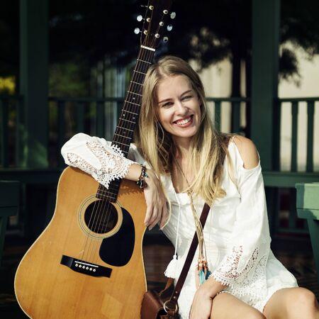 그녀의 기타와 함께 아름다운 가수 작곡가 스톡 콘텐츠