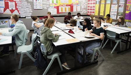 Groupe d'étudiants apprenant dans une salle de classe Banque d'images - 90759334