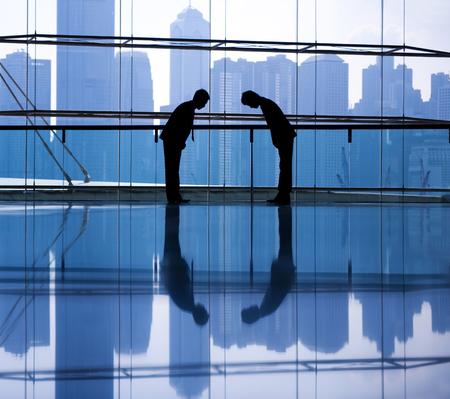 두 아시아 비즈니스 사람들이 인사말입니다.