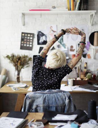 彼女のスタジオでファッション ・ デザイナー 写真素材