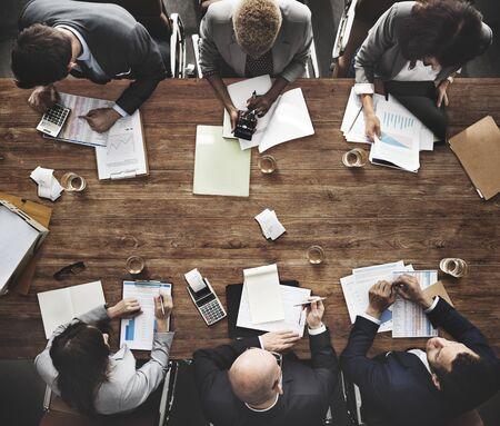 Groep uiteenlopende zakenmensen hebben een vergadering