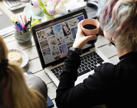 コーヒーを飲みながら机に座っている同僚