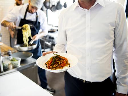 Gekookt voedsel bereidt om te worden geserveerd vanuit de keuken