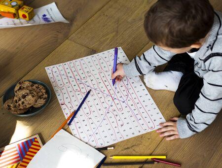 Kleine jongen genieten tijdens het tekenen