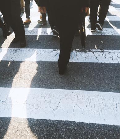 Mensen oversteken van een straat