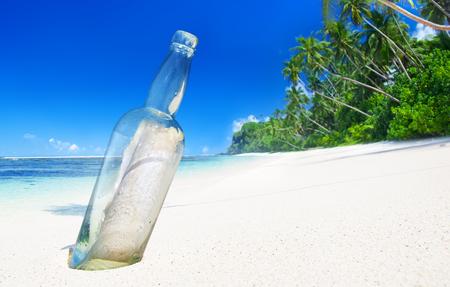 사모아의 열대 해변에서 병 속에있는 메시지 스톡 콘텐츠