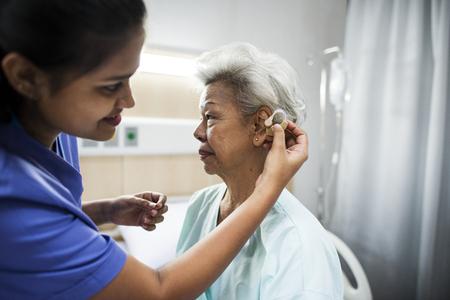 Una anciana con audífono