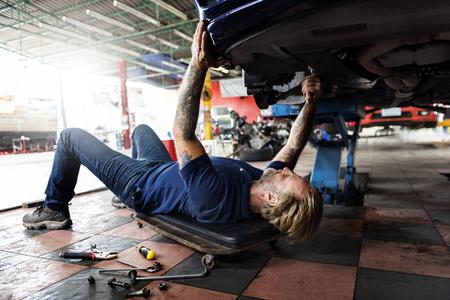 A mechanic fixing a car 版權商用圖片