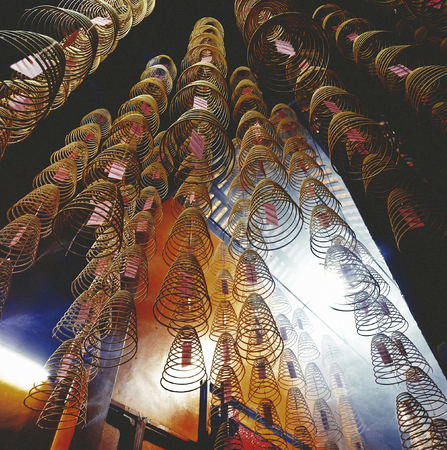 Incense coils in a Chinese temple Banco de Imagens - 90760523