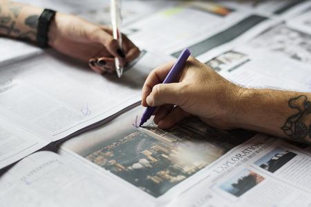 사람들 손에 신문 작업 확인