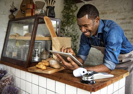 Homme à l'aide d'une tablette numérique Banque d'images