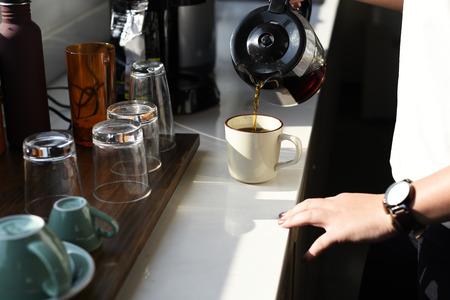 Person pouring coffee Zdjęcie Seryjne