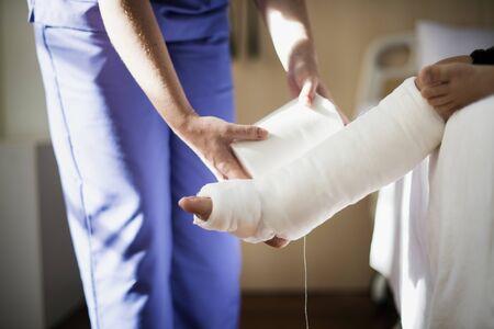 Jeune, caucasien, fille, à, jambe cassée, dans, plâtre Banque d'images - 90761843