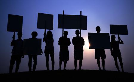 Mensen protesteren met borden Stockfoto - 90761846