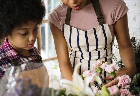 Close-up van kind in bloemenwinkel