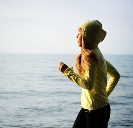 해변에서 조깅하는 여자 스톡 콘텐츠 - 90762049