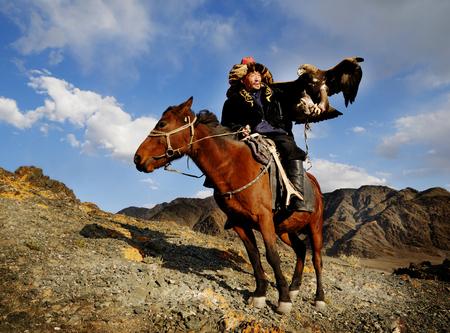 Uomo mongolo a cavallo con un'aquila Archivio Fotografico - 90762118