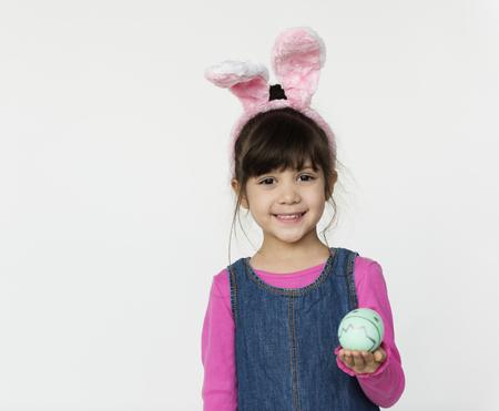 Kid Studio Shoot Wearing Bunny Ear Celebration Easter Egg Banque d'images