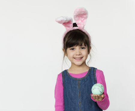 Kinderstudio-Schuß, der Häschen-Ohr-Feier-Osterei trägt
