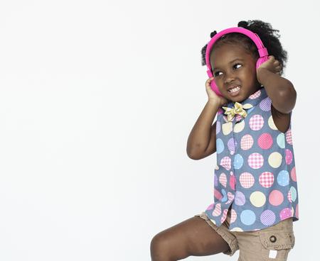 Hörendes Musik-Kopfhörer-Radio-Studio-Porträt des kleinen Mädchens Standard-Bild