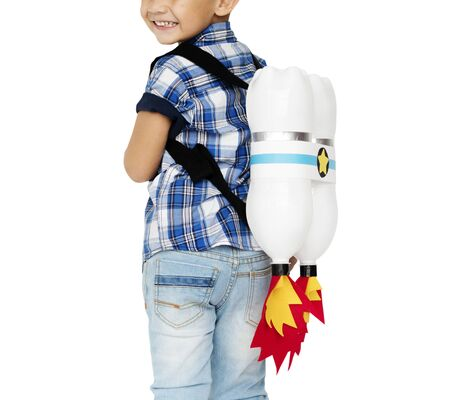 Kleiner Junge mit Spielzeug Rocket auf der Rückseite Standard-Bild
