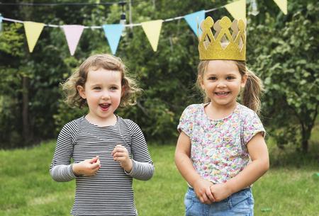 Kinder-Feier-Party-Konzept Glücklichsein Standard-Bild