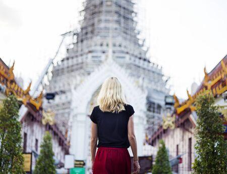 Conceito do templo do viajante caucasiano da mulher Imagens