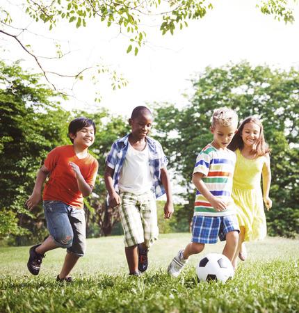 逗人喜爱的不同的孩子在公园里玩