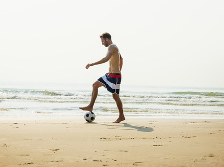 Man Beach Summer Holiday Vacation Football Concept Banque d'images