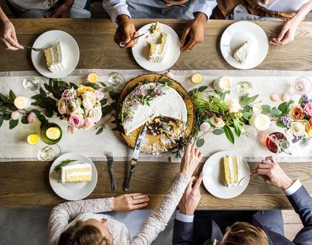 Gâteau de coupe de mariée et de marié sur la réception de mariage Banque d'images