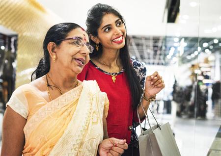 Indische familie die van een winkelcomplex geniet