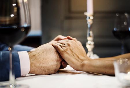 부부는 함께 발렌타인을 축하합니다.