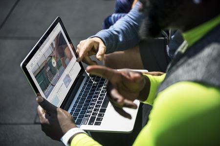 Pessoas assistindo vídeo clip de tênis no dispositivo digital Foto de archivo - 94652899