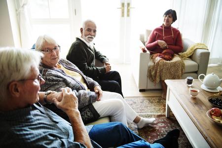 거실에 함께 앉아있는 고위 사람들 스톡 콘텐츠 - 94920927