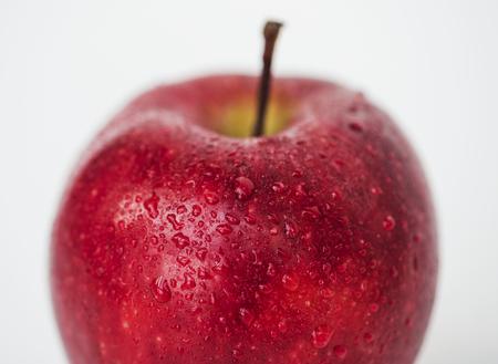 白い背景に隔離された赤いリンゴのマクロショット 写真素材