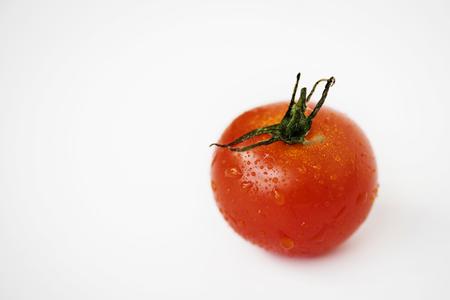 白い背景に隔離された新鮮なトマトのマクロショット