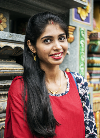 寺院でインドの女性の肖像画