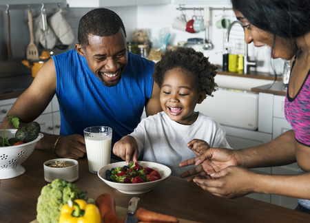 Black family eating healthy food together Imagens
