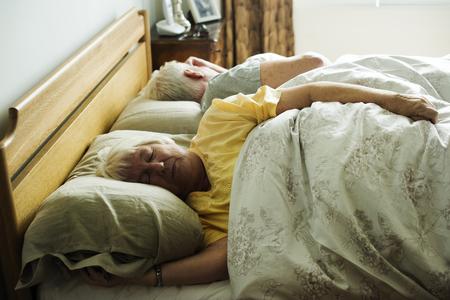 Ltere kaukasische Paare , die auf dem Bett schlafen Standard-Bild - 95089654