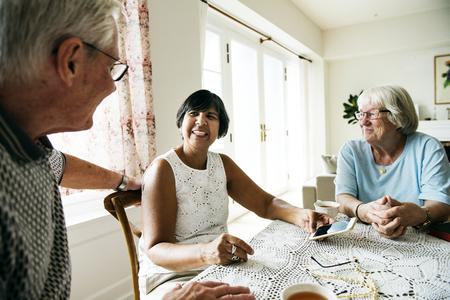Gruppe verschiedene ältere Leute , die Handy verwenden Standard-Bild - 94893800